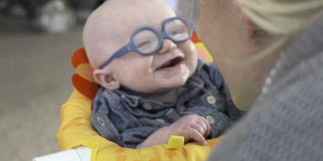 里奧第一次看見媽媽時露出甜美的笑容,影片上傳網友大呼「太萌了啦」(圖片來源:每日郵報)