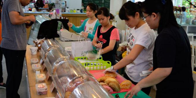弱勢家庭學子日前到店家體驗職場活動,覺得工作大不易,更能體會父母工作養家的辛勞。(圖片來源:台灣世界展望會)