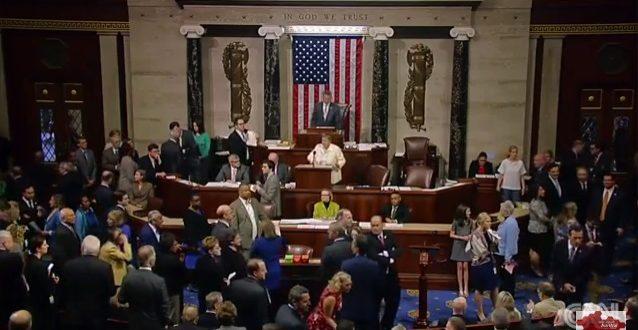 美國民主黨員,在眾議院針對保護LGBT同志社群修正案,投票失利後,隨即在場內大喊「羞恥」以示抗議。(圖片來源/翻攝自YouTube)