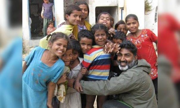 阿吉也多次前往尼泊爾營救受控毒販的女孩。(圖片來源:fbcdn)