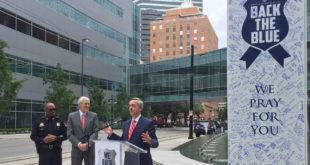 達拉斯警局局長布朗(左一)及巿長羅林斯(左二)參與重返藍天活動。(圖片來源:DallasNews)