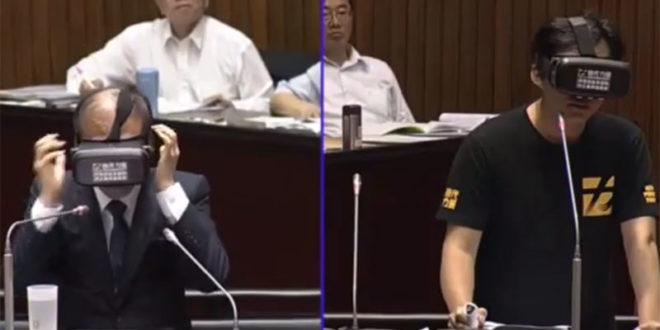 立院質詢首見VR裝置,時代力量立委黃國昌(右)要求行政院長林全(左)戴上,並針對問題按下手中的按鈕回答。  圖片來源:影片截圖