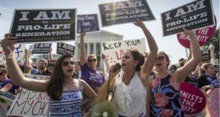 反墮胎團體,在最高法院外舉牌示威。(圖片來源/翻攝自網路)