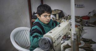 在土耳其工廠工作的敘利亞童工,每天12小時不斷的縫製、剪裁、度量衣料,只為賺取微薄的薪酬。(圖片來源/翻攝自Daily Mail網站)