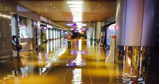 桃園機場遇到豪雨,旁邊溪水倒灌,導致底下樓層嚴重淹水。  圖片來源:爆料公社