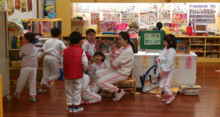 台灣現在出生率已經趨近世界最低,再對照各地的幼兒園搶著抽名額的狀況,無不感嘆政府在打造友善家庭環境上的不足,尚待努力。  圖片來源:Tzuhsun Hsu on flickr