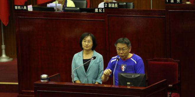 交通局長鍾慧諭(左)15日請辭獲准,這是柯文哲上任一年多以來第10個離去的第一線局處首長。  圖片來源:台北市政府