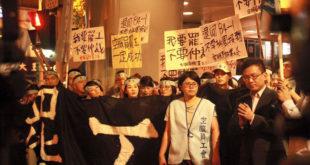 華航空服員於24日凌晨0時展開罷工行動,逼使華航幾乎全部班機停飛,損失慘重。  圖片來源:黃國昌臉書