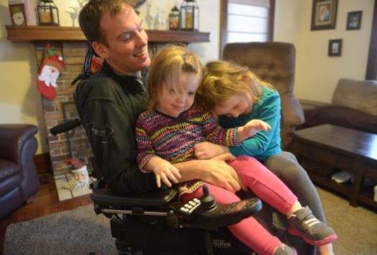 麥特希望疾病不讓女兒們受到影響。(圖片來源:麥特臉書)