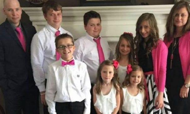 葬體那天,史蒂芬妮全家,包含貝絲6名小孩粉紅登場,象徵愛的延續。(圖片來源:thesun)