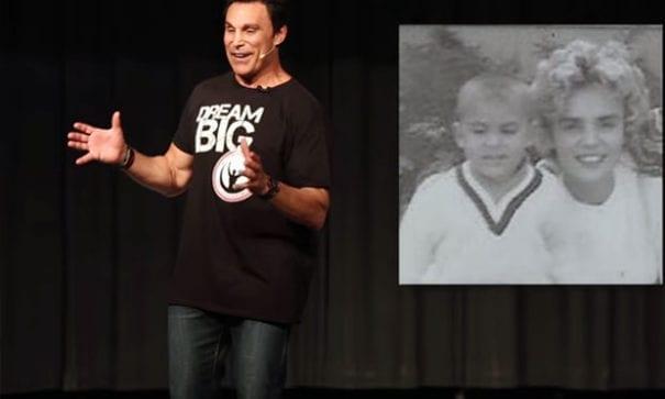 馬克梅洛常在演講時分享他母親對他的影響力。(圖片來源:gospelherald)