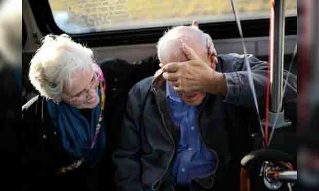 被76歲的妻子熱情擁抱,夫卡薩熱淚盈眶、難掩激動之情。(圖片來源: Salwan Georges, Detroit Free Press)