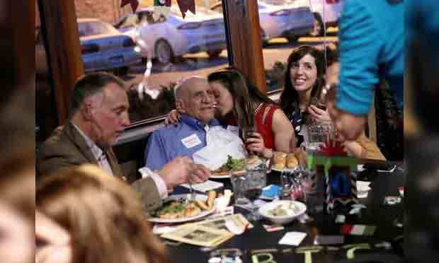 夫卡薩與家人在餐廳合影。 (圖片來源: Salwan Georges, Detroit Free Press)