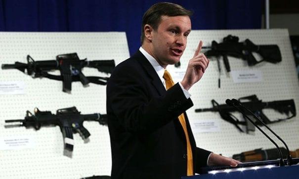 參議員墨菲,為推動控槍法案站在國會15小時,說服共和黨進行表決。(圖片來源:VOX)