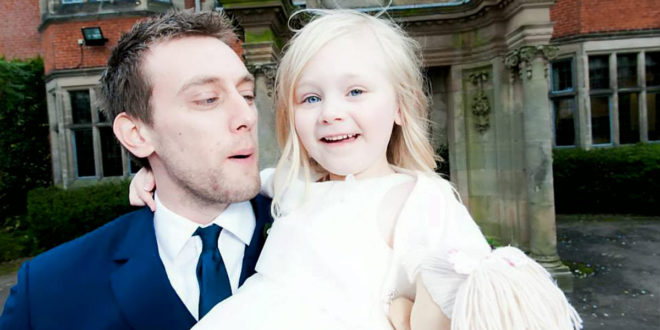 阿特沃特結婚當天,繼女凱莉是他們的花童。(圖片來源:dailymail)