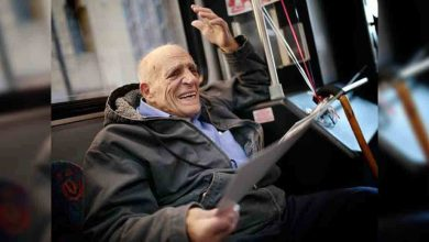 Photo of 老爺爺高齡86歲退休 親友打造專車溫馨歡送