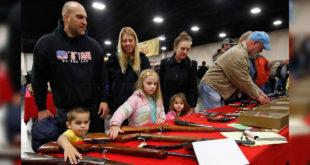美國槍枝氾濫成災,隨時上網買槍送到家。(圖片來源:NYT)