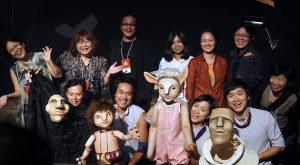 劇團演員們與人偶開心合照(圖片來源:徐張至恩攝)