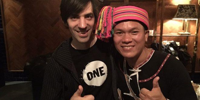 舒米恩以傳統原住民裝扮在倫敦舉辦的Glastonbury Festival戶外音樂祭演唱,讓國外的朋友們體驗到台灣的音樂之美。(圖片來源/翻攝自舒米恩臉書)
