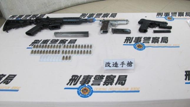 警方日前查獲販毒集團,線報指出他們擁槍自重,警方起出改造長槍1枝、改造手槍1枝、子彈43顆、空氣槍1枝等物品。 圖片來源:刑事警察局