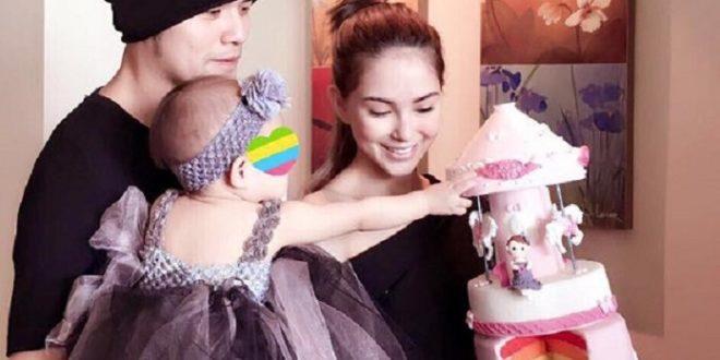 「周董」與老婆昆凌,一起在飯店幫寶貝女兒小周周,慶祝她1歲生日,昆凌還親手為女兒製作了彩虹旋轉木馬蛋糕,母愛洋溢。(圖片來源/翻攝自周杰倫臉書)