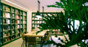,益品書屋主打只要100元即可在書屋內不限時數自在閱讀,還可以無限享用包括與W飯店同級的咖啡、與Check INN一樣的紅茶、綠茶、烏龍茶或含笑花茶,以及著名的「義豐冬瓜茶冰沙」。(圖片來源:益品書屋臉書)