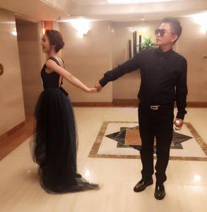 昨日吳宗憲人還在韓國,與女兒吳姍儒出席釜山電影節,父女兩人牽手合影。(圖片來源:容易文創 Easy C&C臉書)