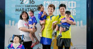 李國毅(中)、林威助(右)和大家分享他們跑馬拉松的心得。  圖片來源:岱宇國際提供