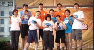 蔡黃汝18日出席籃的好天天公益籃球競技活動,與參與活動的青年們合照。(圖片:徐張至恩攝)