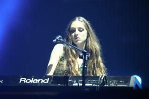 19歲的萊莉享譽英國音樂圈,昨日也現身於超犀利趴中。(圖片來源:相信音樂提供)