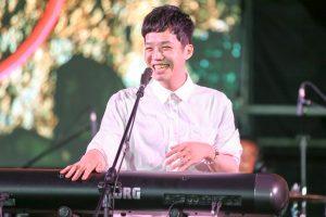 EASY SHEN在表演中自彈自唱。(圖片來源:相信音樂提供)