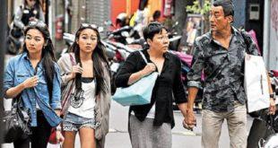 先前被媒體捕捉到梁家輝帶著妻兒到東區逛街,一路上與老婆十指緊扣,夫妻感情之甜蜜,連路人看了都好羨慕。(圖片來源/翻攝自網路)