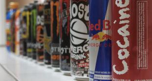 能量飲因喝了會振奮精神,特別受喜愛狂歡的青少年歡迎,不過專家指出該飲含高咖啡因及高糖份,長期飲用不益健康。(圖片來源/翻攝自網路)