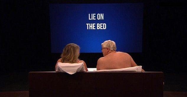 62歲的賈姬與52歲的佛瑞德上英國節目,脫衣相親,兩個人依據電視螢幕的要求,躺在床上聊天。(圖片來源/翻攝自網路)