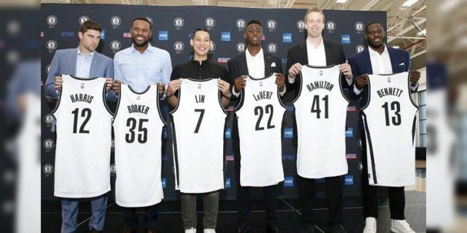 林書豪宣布加盟籃網,po上拿著新球衣與隊友的合照。(圖片來源:林書豪臉書)