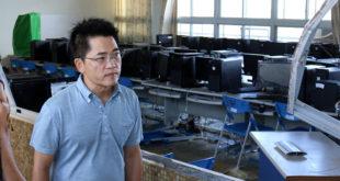 台東縣長黃健庭12日前往關心台東國中小的復原狀況,他說,「目前30多所國中小校舍受損嚴重,今早看到的東海國中,飽受風雨摧殘的教室景象尤其驚人。」  圖片來源:黃健庭臉書