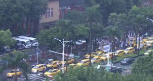 上千輛計程車聚集在立院和凱道上,抗議UBER違法開業讓他們減少許多生意。  圖片來源:影片截圖
