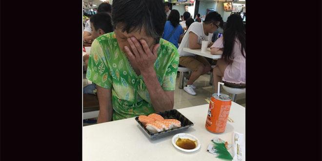 有網友在臉書社團「爆料公社」PO文,說在內湖大潤發有一名穿綠色衣服的阿嬤沒有東西吃,於是她趕緊到旁邊買了一盒握壽司,讓阿嬤感動落淚。  圖片來源:爆料公社
