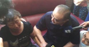 國防部長馮世寬(右)1日前往慰問家屬,沒想到在與家屬對話的過程一句「感謝上帝」卻引起家屬的不滿。  圖片來源:影片截圖