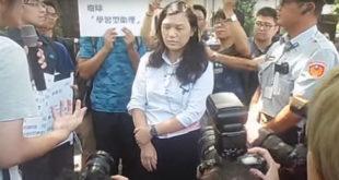 教育部專委王淑娟出面接受高教工會和學生抗議陳情,卻遭政大學生高若想以雞蛋偷襲淋了一身。  圖片來源:影片截圖