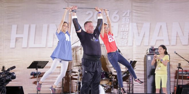 Jon將兩個女孩直接舉起,成了人肉單槓,讓現場氣份達到高點。(圖片來源:國度豐收協會)