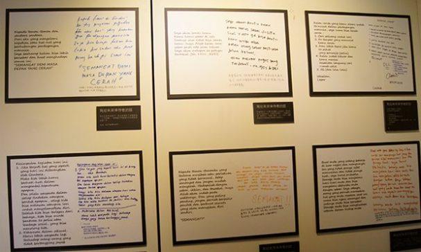 現場也展出「寫給未來倖存者的話」,庇護所移工寫信給之後被安置到此新來的移工的信,滿滿都是鼓勵。(照片由謝婷婷拍攝)
