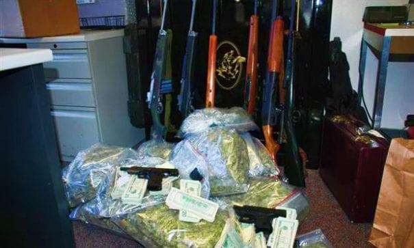 有學者表示,槍枝加上大麻的犯罪後果將不堪設想。(圖片來源:marijuanagrowershq)