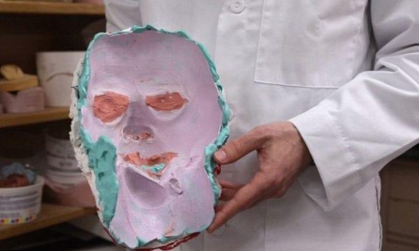 醫療團隊第一次使用黏土製作面具,但太重戴起來不舒服。(圖片來源:dailymail)