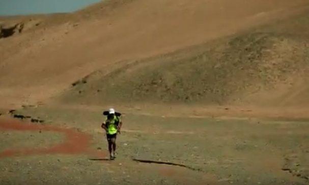 戈壁沙漠的惡劣高溫讓陳彥博熱中暑幾乎昏迷。(圖片截取youtube)