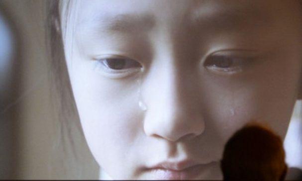 金恩談到朝鮮兒童聯盟時忍不住哭了出來。(圖片來源:artinfo)