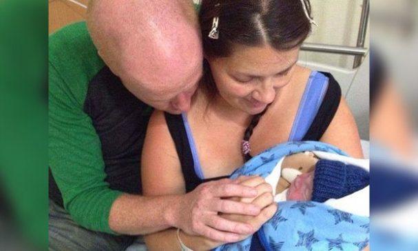 琳賽及馬克以迎接新生兒的心態,對羅伊展露出滿滿的愛。(圖片來源:每日郵報)