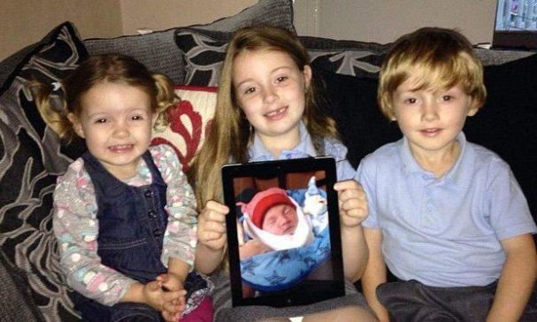 琳賽3個小孩捧著羅伊的照片,永遠不會忘記這位短暫到訪的小天使。(圖片來源:每日郵報)