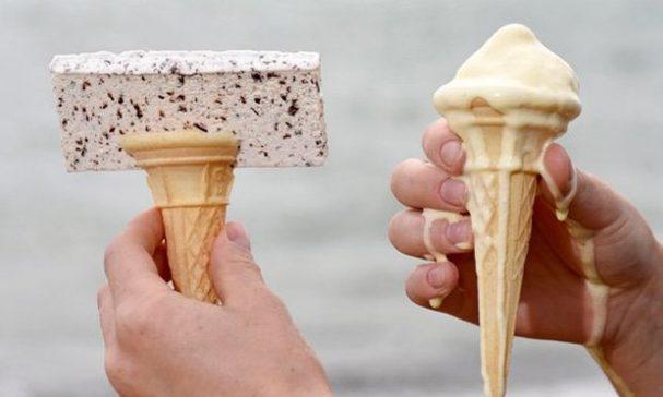 太陽下吃冰淇淋常常弄髒手。(照片來源:鏡報)