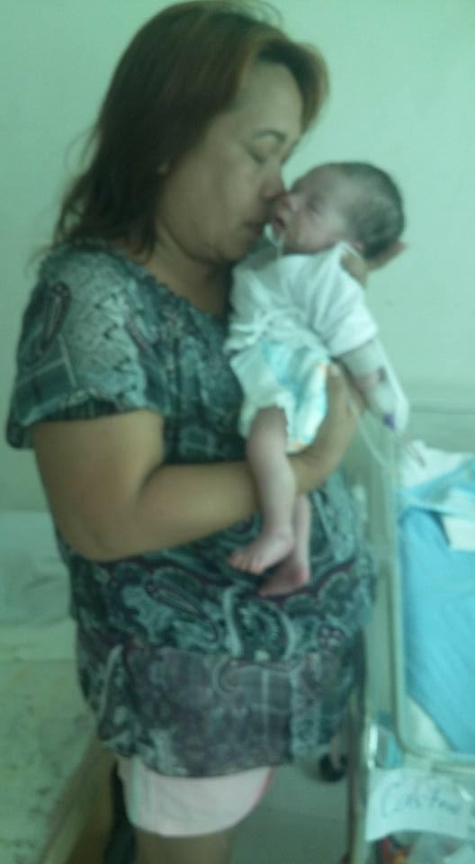 奶奶抱著剛出生的弟弟。(圖片來源:Chuchubelles Gabrielle/facebook)